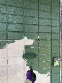 外壁の下塗りから上塗りへ